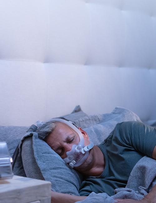 patient-sover-med-AirFit-F30i-tube-up-CPAP-maske